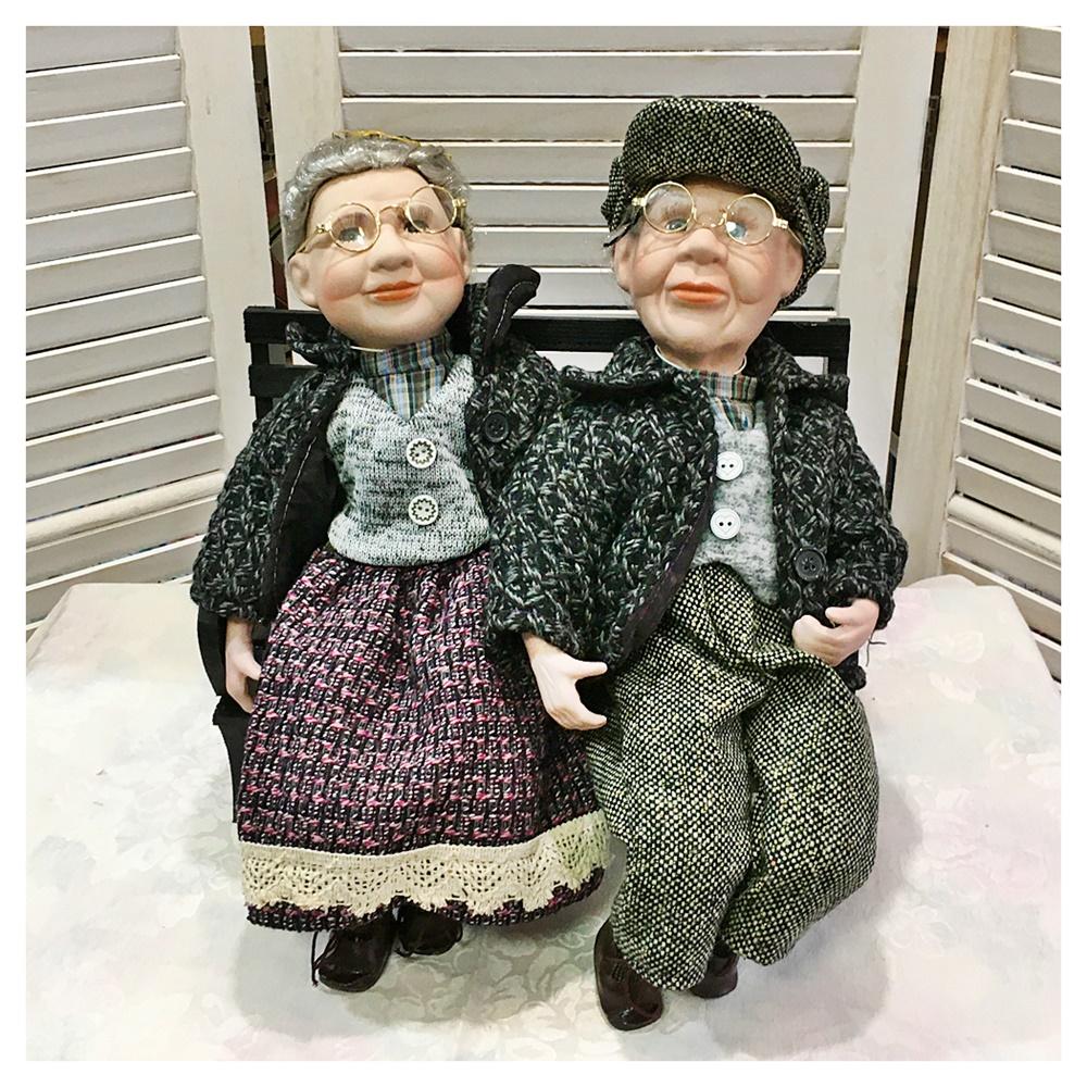 Papusi portelan Richard & Julia stand pe banca