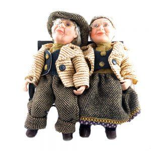 Papusi portelan cuplu Richard si Julia stand pe banca